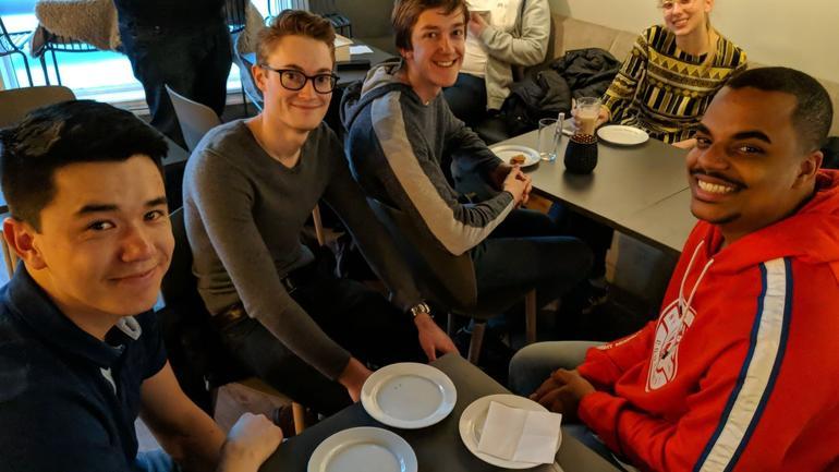 Engasjerte studenter på valgkickoff på kafeen ÅTTE