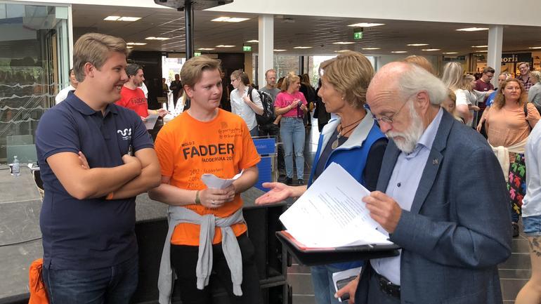 Studentrådsleder Sverre Uthus-Sævarang, Erik Andrè Ruud fra Studentersamfunnet i Drammen og rektor Petter Aasen
